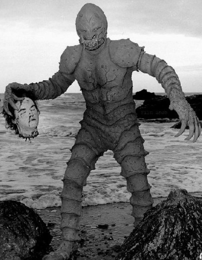 """Pete Dunn nella parte del """"mostro."""" The Monster of Piedras Blancas"""