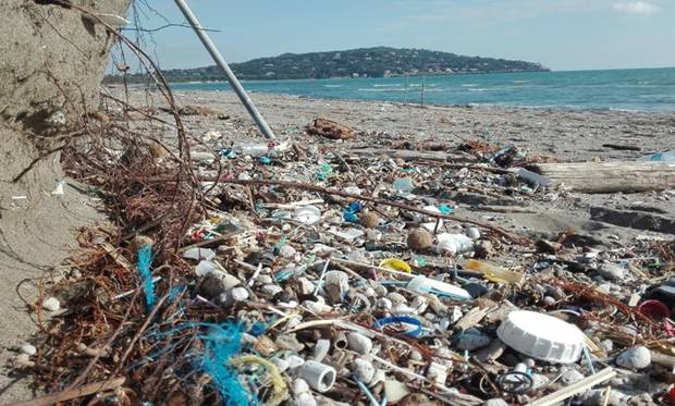 Residui su spiaggia