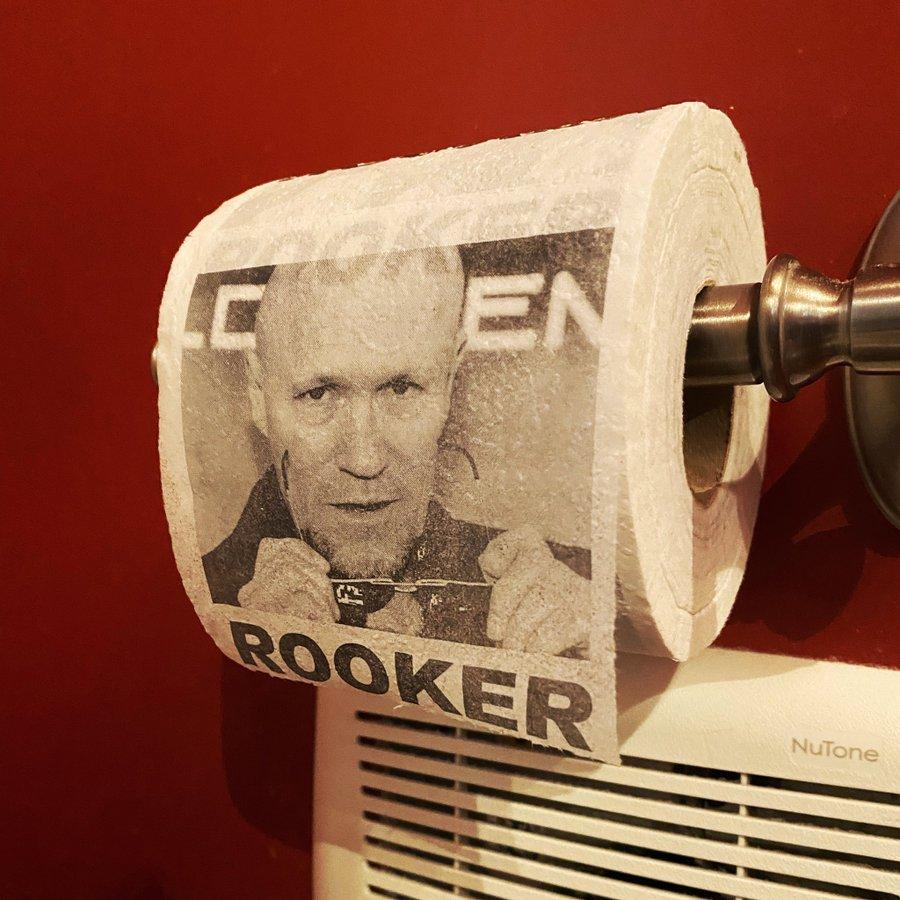 Michael Rooker e la carta igienica